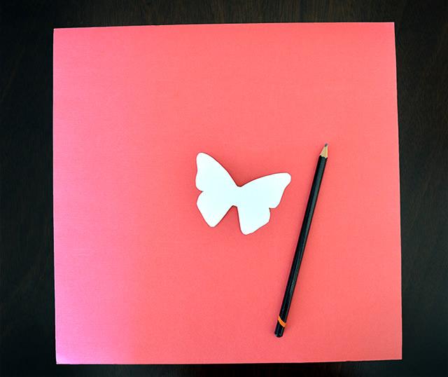 Desenhe uma borboleta e use-a de molde para cortar as outras borboletas da sua arte
