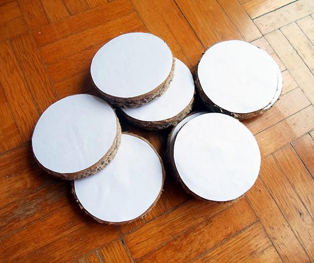 Corte 8 discos de papelão
