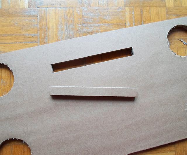 Corte uma tira no retângulo com 2 cm de largura