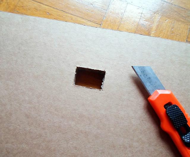 Corte o pequeno retângulo com o estilete