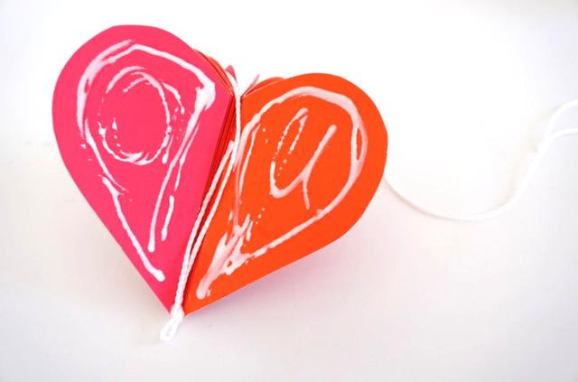 Cole as duas últimas extremidades do coração juntamente com o barbante