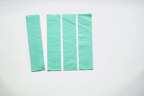 Corte várias tiras de papel crepom