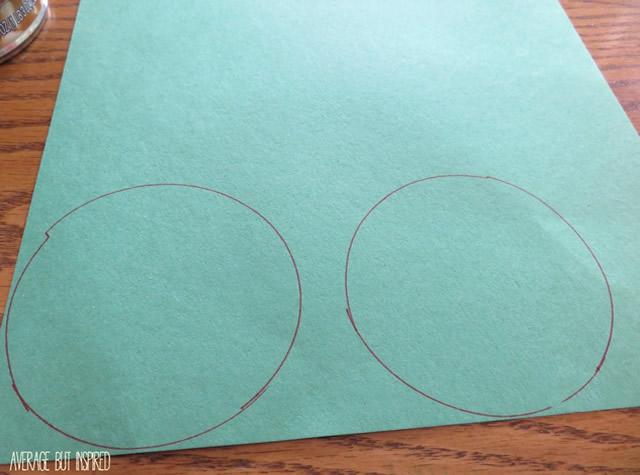 Faça dois contornos circulares usando a lata como molde