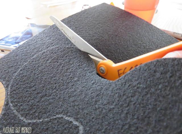 Desenhe o molde no feltro e corte com a tesoura