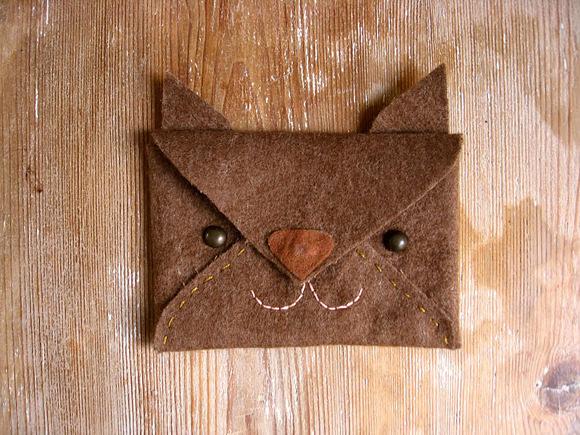 Bolsinha envelope de raposa em feltro