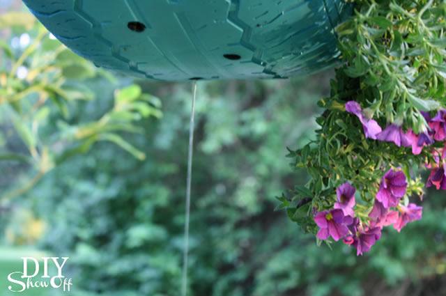 Furos de drenagem no vaso de flores de pneu