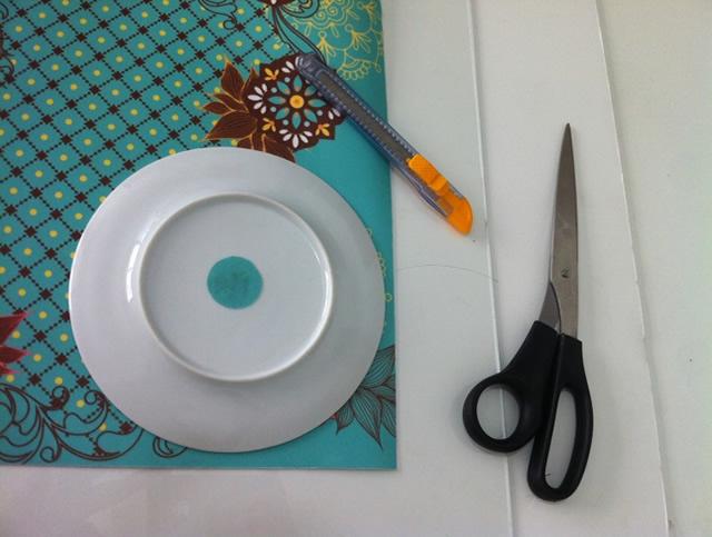 Use um pires como molde para cortar os círculos