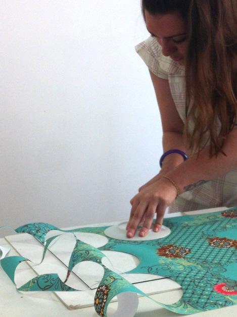 Comece a cortar círculos no tecido