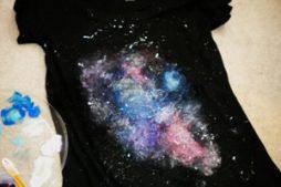 Faça Você Mesmo – Blusa customizada com pintura Galáxia