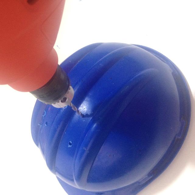 fure o capacete para fazer a luminária artesanal