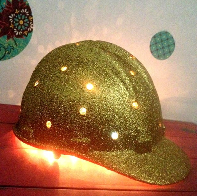 luminária de mesa com capacete de obra