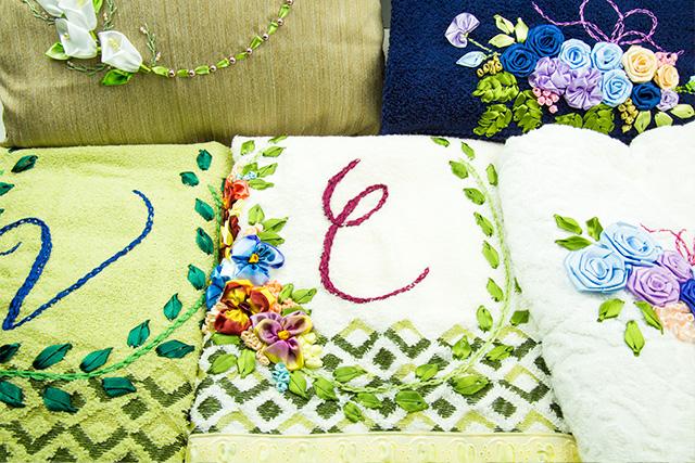 Bordados com fitas de cetim - botões de flores