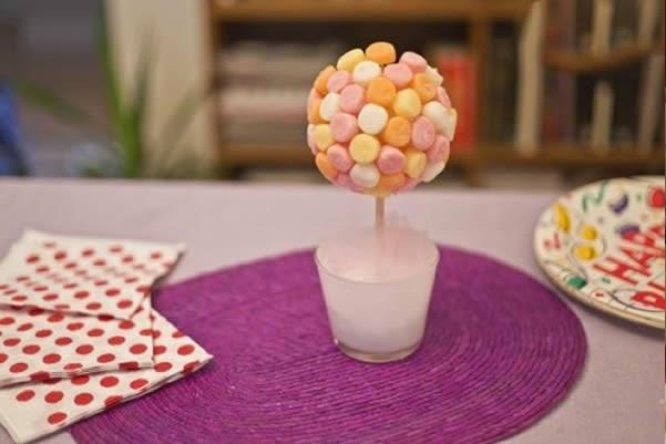 enfeite de mesa com doces para festa infantil