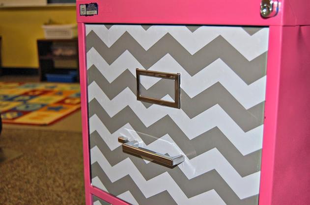 gaveteiro-recuperado-com-pintura-e-papel-adesivo