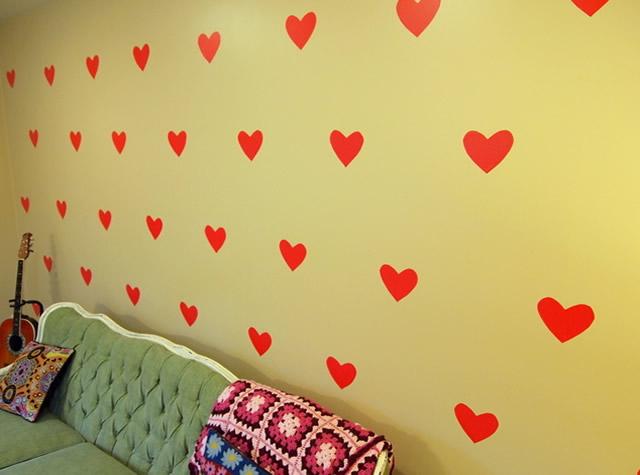 parede-decorada-com-coracoes-de-contact