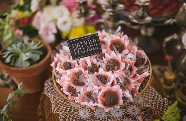 mesa-decorada-com-forminhas-de-doces