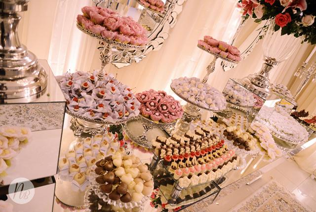 mesa-decorada-com-forminhas-para-doces