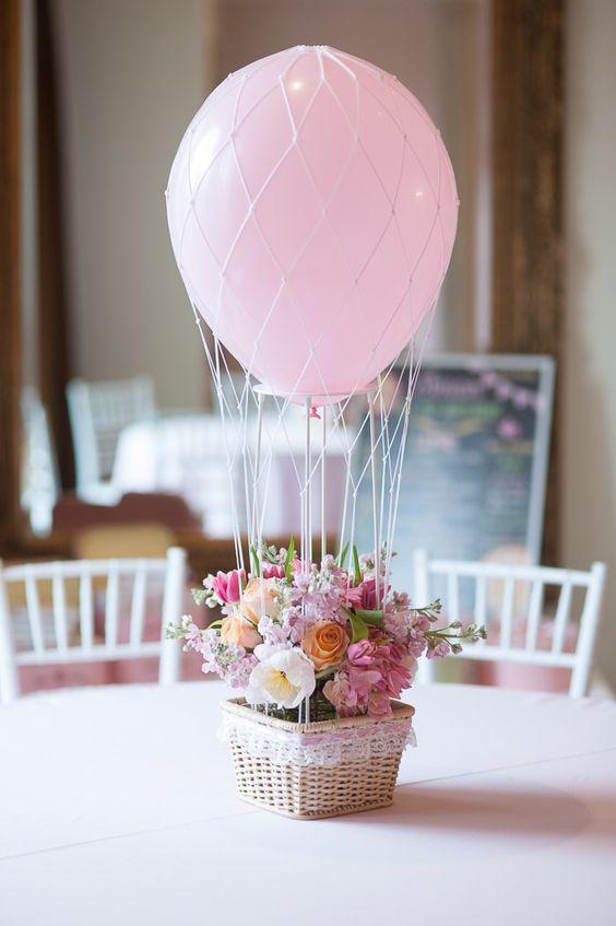 centro-de-mesa-com-balão-e-flores