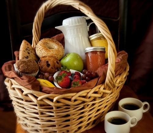 cesta-de-cafe-da-manha-paes-e-frutas