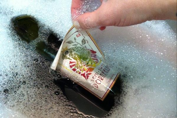 coloque-a-garrafa-na-agua-para-remover-o-rotulo