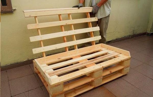 sofa-de-pallet-com-encontro-estrutura-pronta