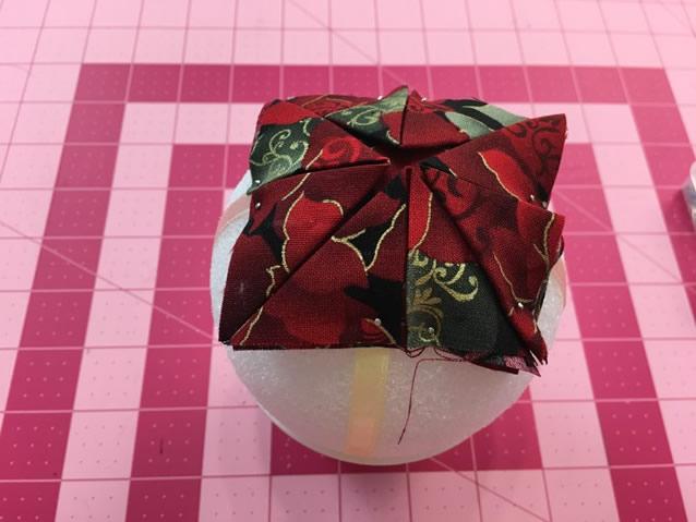pregue-os-triangulos-de-tecido-no-topo-da-bola