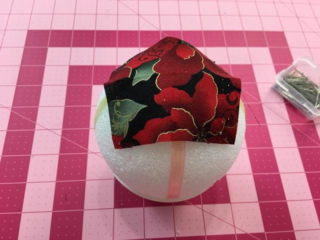 pregue-uma-camada-de-tecido-bem-no-centro-da-bola-de-isopor