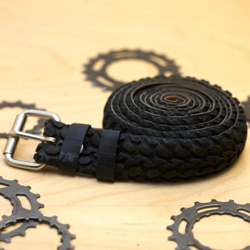 cinto-feito-com-pneu-de-bicicleta