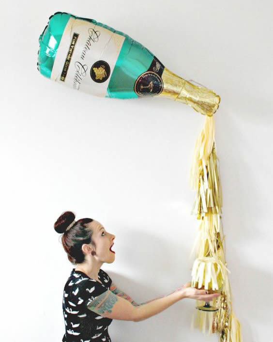 decoracao-de-ano-novo-com-balao-em-forma-de-garrafa-de-champagne