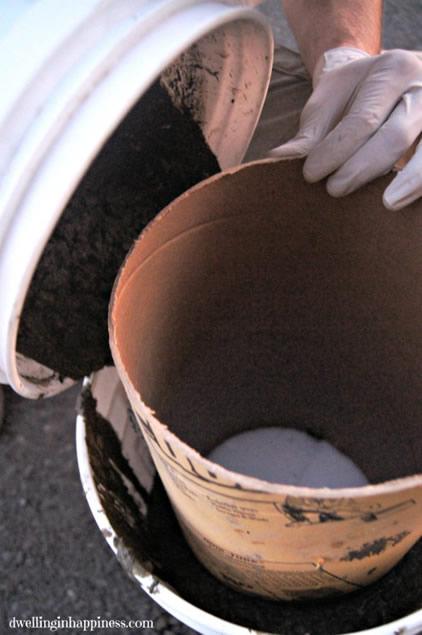 despeje-o-concreto-no-vao-entre-o-balde-e-o-tubo