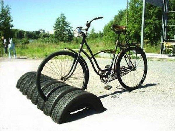 estacionamento-de-bicicletas-com-pneus-velhos