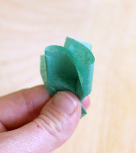 aperte a lateral do papel para fazer uma ponta