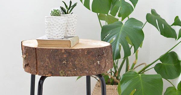 como fazer mesa lateral com tronco de madeira