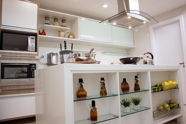Cozinha decorada com vidros de pimenta