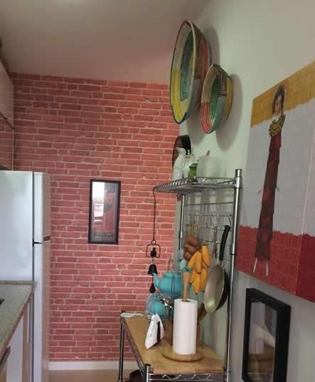 Cozinha com cestas de palha e frutas em madeira