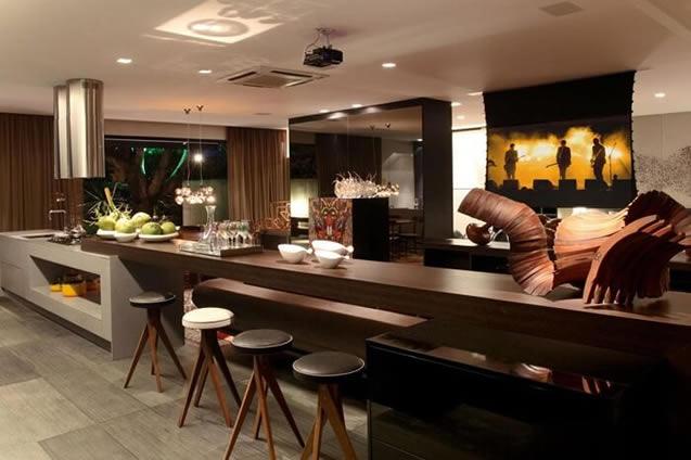 Cozinha integrada decorada com escultura de madeira