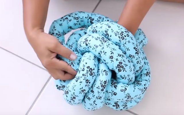 como fazer almofada de nó entrelaçado