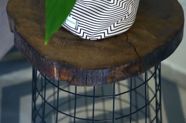 mesa feita com cesto de roupa suja