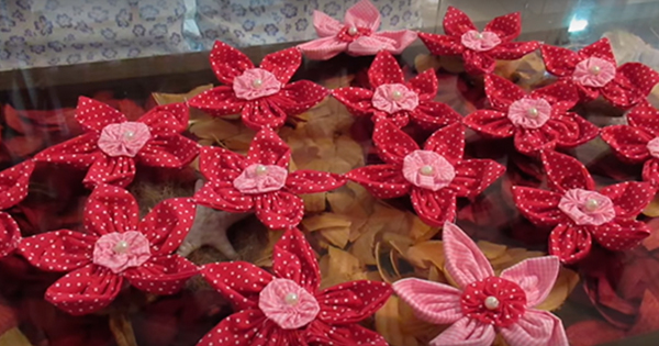 caminho de mesa com flores de fuxico