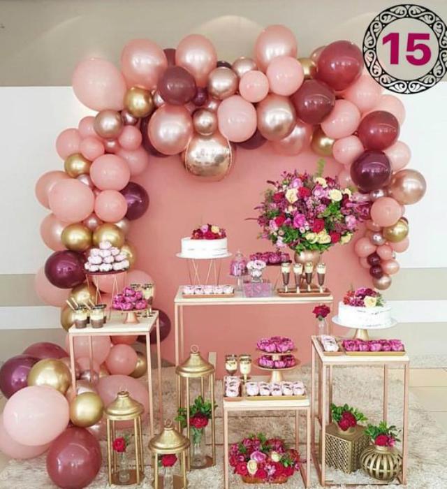 Mesa de doces com decoração de balões rosas