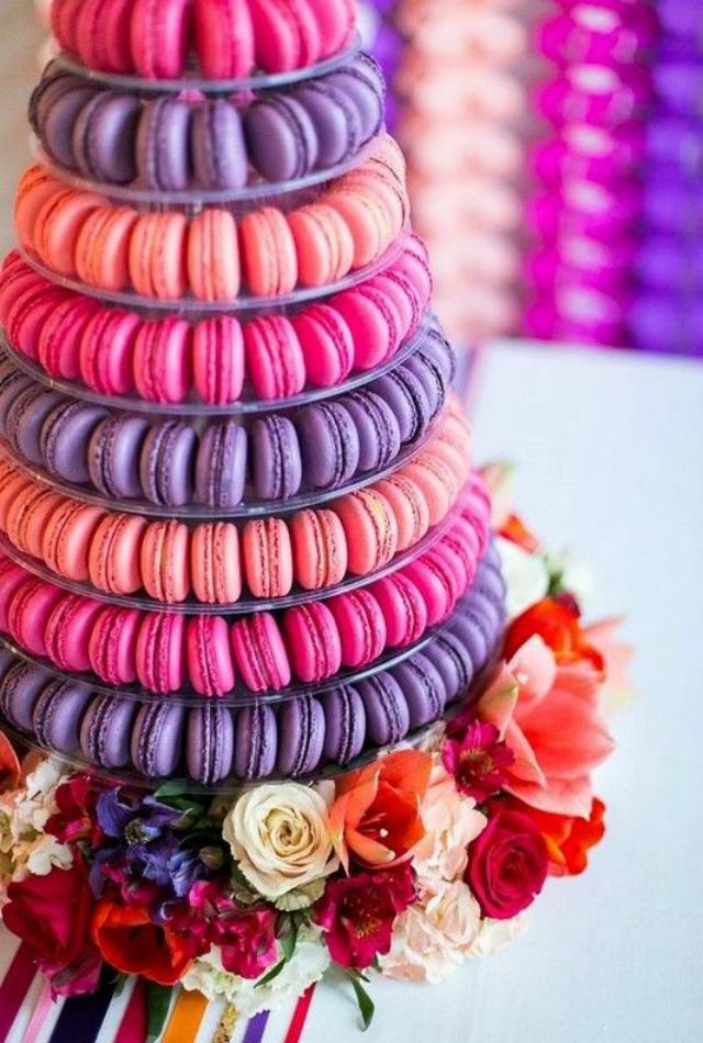 Torre de macarons rosa e roxo