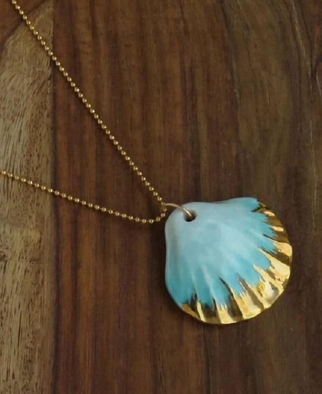 Colar de concha azul com detalhe dourado