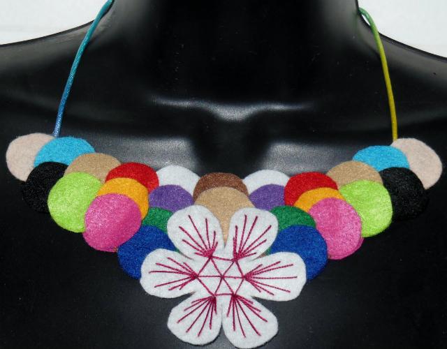 Colar de feltro colorido