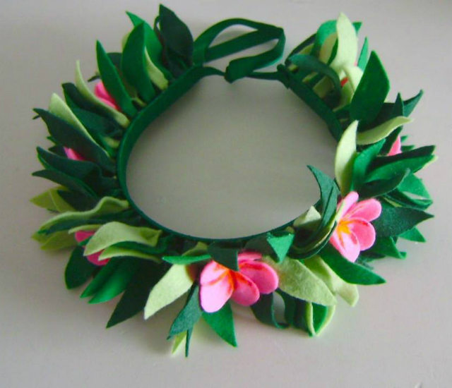 Tiara de folhas e flores em feltro