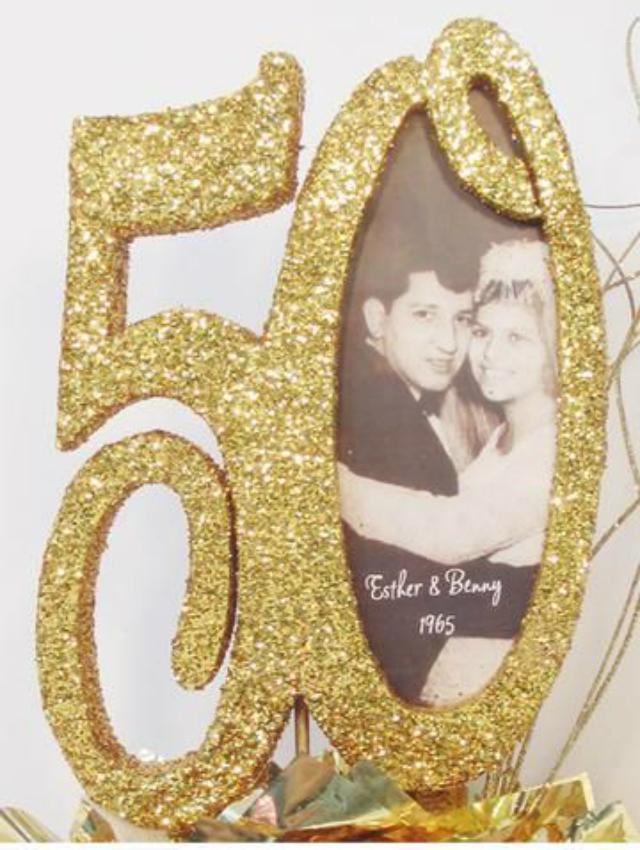 Porta retrato dourado em formato do número 50