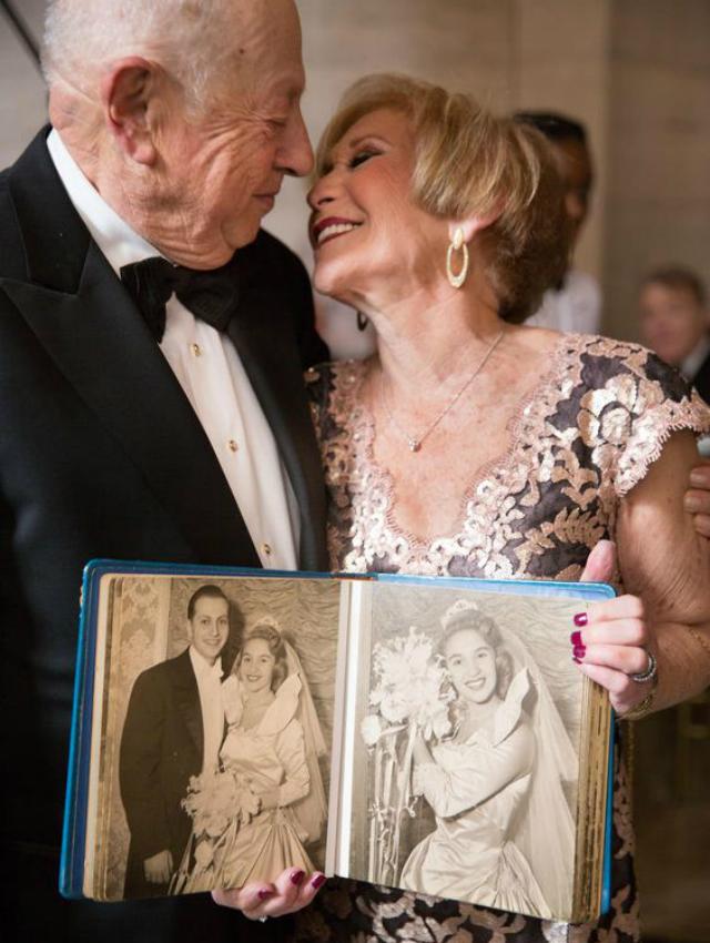 Casal de idosos com álbum de fotos