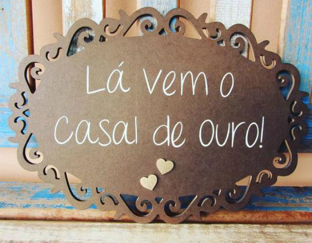 Placa escrita lá vem o casal