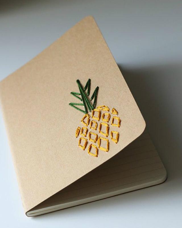 Caderno decorado com bordado de abacaxi