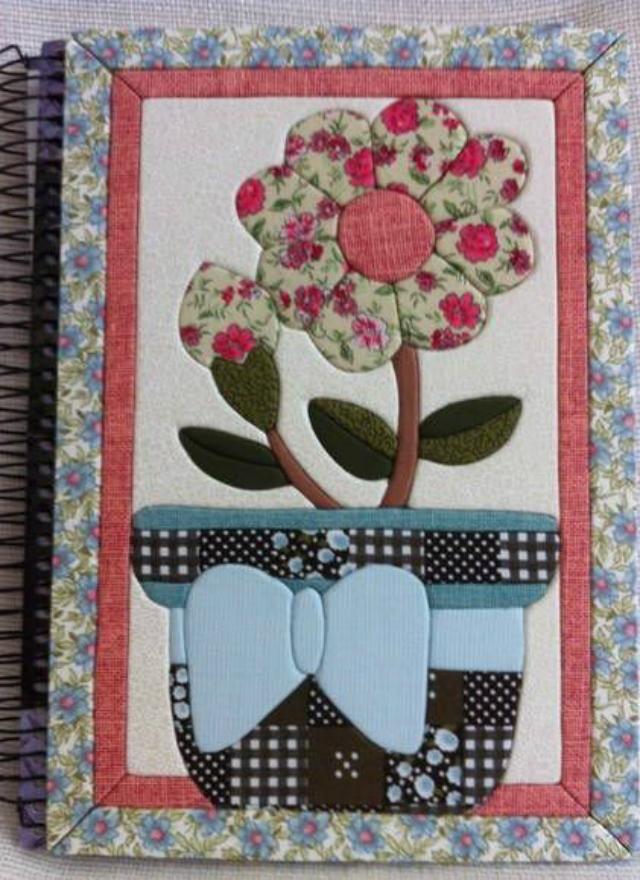 Caderno decorado com patchwork embutido de flor