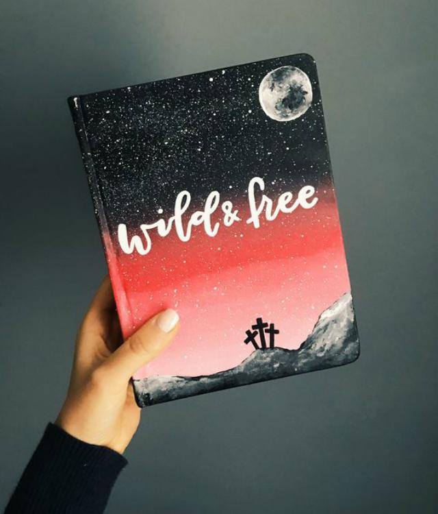 Caderno decorado com pintura e frase